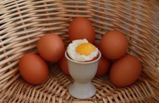 œuf à la coque dans un panier en osier